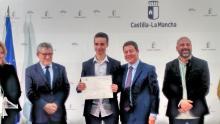 El Presidente de Castilla La Mancha, el Vicepresidente y el Consejero de Educación con Daniel Román, nuestro alumno galardonado.