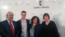 La Viceconsejera, Dolores López, el Delegado de Educación, Faustino Lozano, la Directora del centro, Guadalupe Leo, y el galardonado Daniel Román.